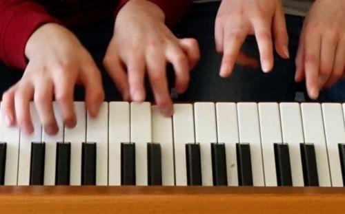 Klavierspielende Hände
