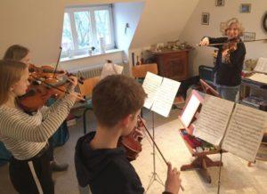 Geigenschüler proben intensiv mit Cornelia Kempf für das Vorspiel