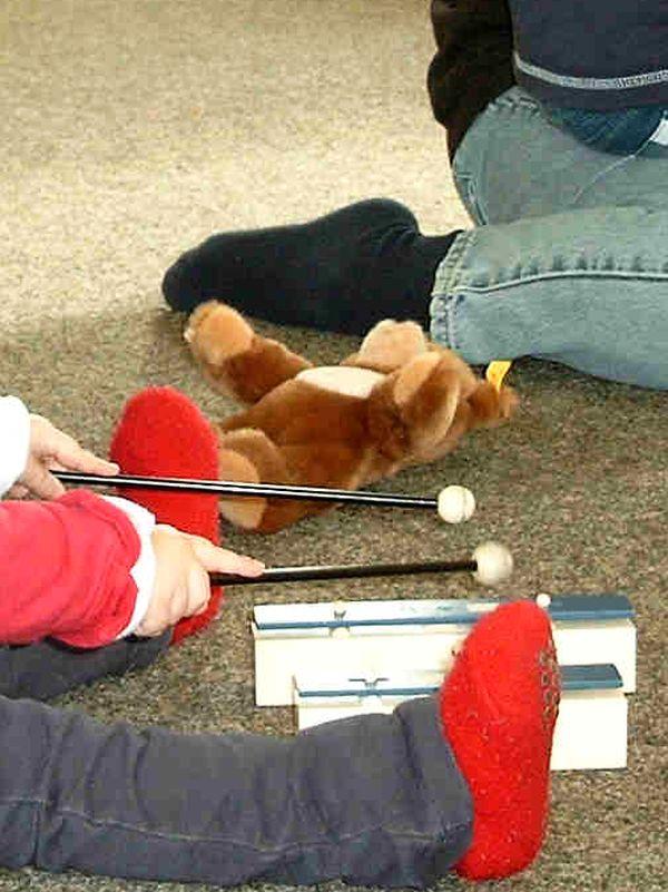 Kind spielt Klangstäbe